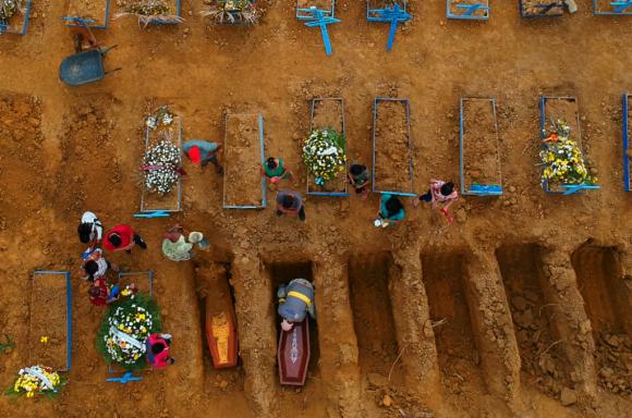 Víctimas de coronavirus enterradas en Brasil. Foto: Reuters