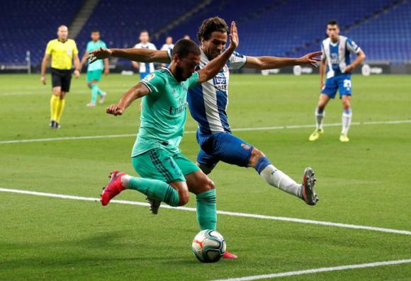 Leandro Cabrera en la marca de Eden Hazard. Foto: Reuters.