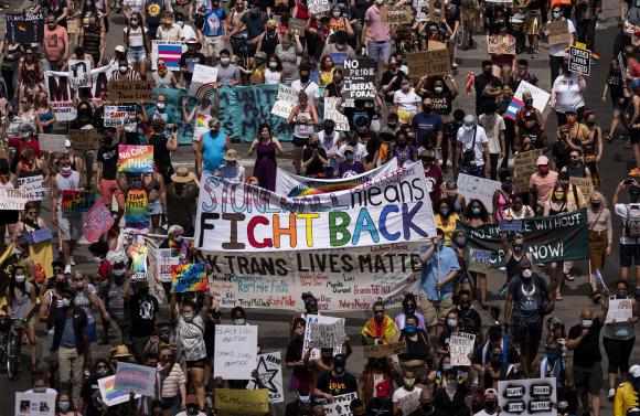 Organizaron una marcha por el centro de Minneapolis para celebrar tanto el orgullo como el movimiento Black Lives Matter. Foto: AFP
