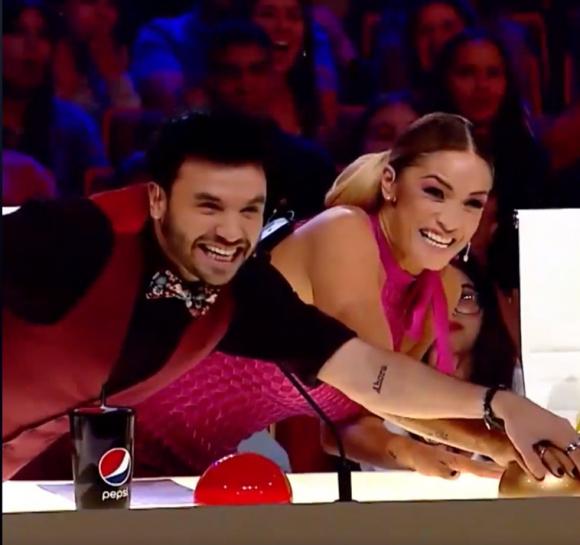 """Agustín Casanova y Claudia Fernández usaron el """"Botón dorado"""" en conjunto. Foto: Captura"""
