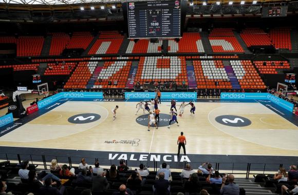 Barcelona y Baskonia en la final de la Liga ACB de España. Foto: EFE.