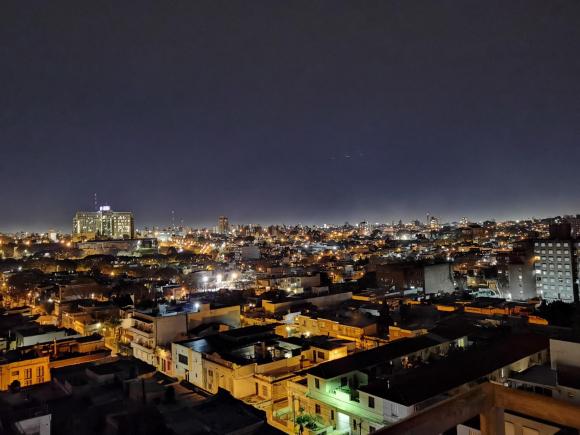 Foto nocturna del Parque Batlle con un Huawei P40 Pro. Foto: Mariana Malek