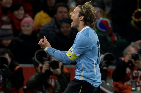 Diego Forlán celebra su gol en el Uruguay-Ghana. Foto: Archivo El País.