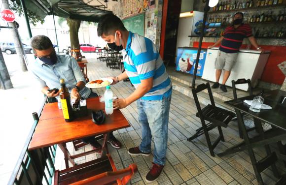 Los bares y restaurantes de Río de Janeiro volvieron a recibir clientes luego de tres meses cerrados. Foto: Reuters