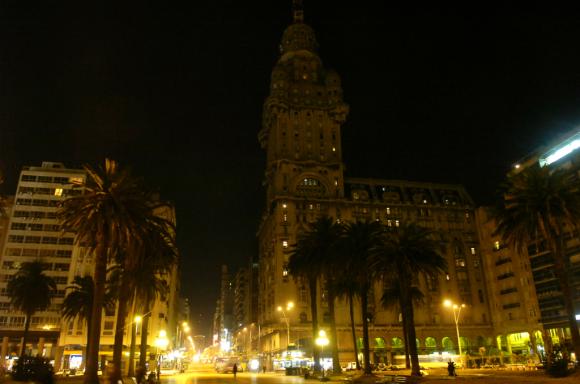 La Intendencia de Montevideo pretende invertir US$ 21,5 millones para cambiar las luminarias de toda la ciudad. Foto: Nicolás Pereyra