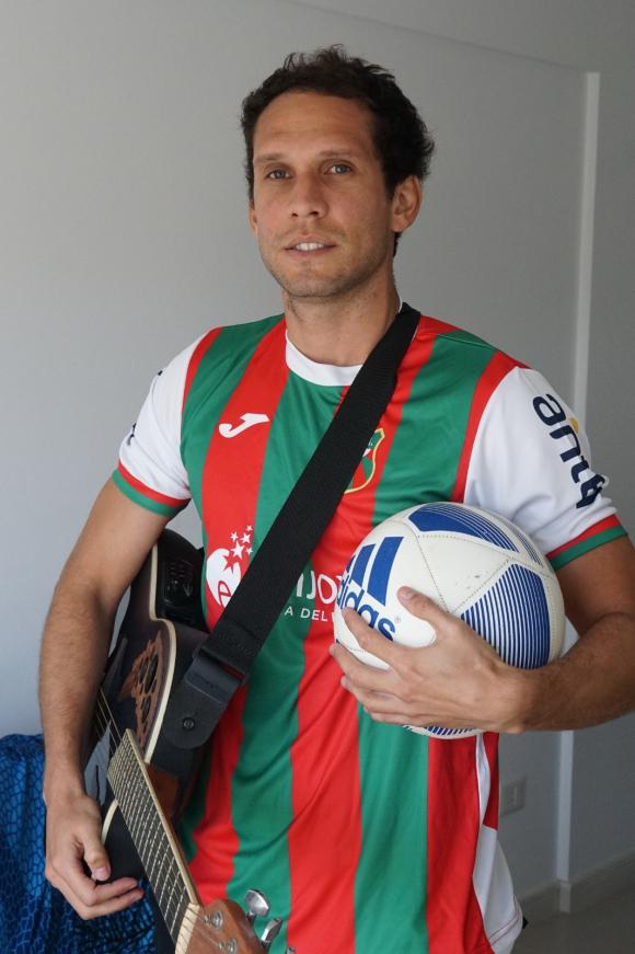 Gastón Pagano con la camiseta del Depor, guitarra y pelota. Foto: Ricardo Figueredo.
