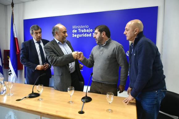 Pablo Mieres y Fernando Pereira durante el anuncio de acuerdo en la negociación salarial. Foto: Fernando Ponzetto