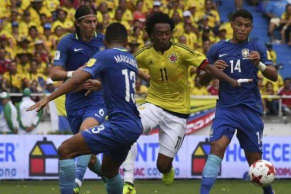 Colombia y Brasil enfrentándose en las Eliminatorias de Rusia 2018