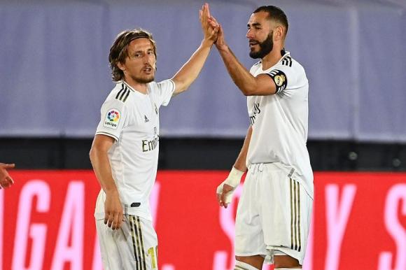 Luka Modric y Karim Benzema celebran el tanto del francés. Foto: AFP.