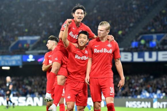 Haaland, Minamino y Hee-Chan con la camiseta del Salzburgo.