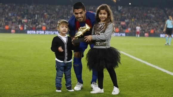 Luis Suárez con la camiseta de Barcelona y su Bota de Oro. Foto: @Barcelona_es.
