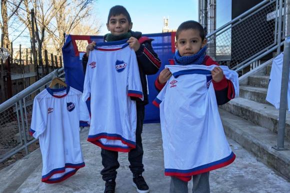 Pequeños que fueron a donar con sus camisetas del Bolso. FOTO: Fundación Nacional.