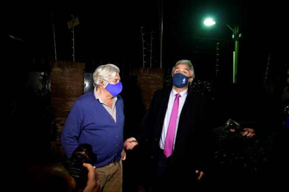 Bustillo este lunes junto al expresidente Lacalle Herrera en su casa en Carrasco. Foto: Fernando Pozetto