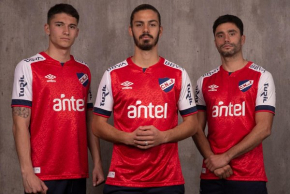 Nacional presentó su nueva camiseta roja