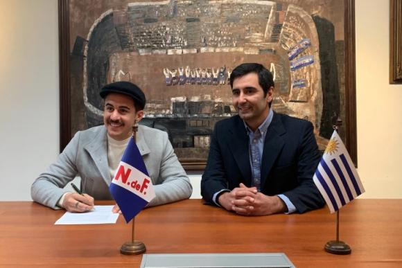 Gabriel Neves firmando un nuevo contrato con Nacional