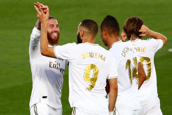 Los jugadores de Real Madrid celebran uno de los goles de Benzema. Foto: AFP.