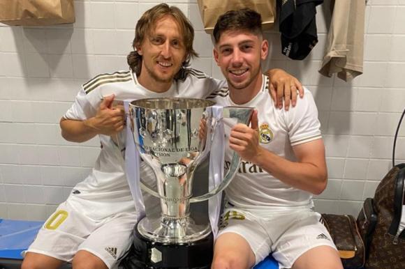 Federico Valverde celebra junto a Luka Modric con la copa de LaLiga. Foto: @fedeevalverde.