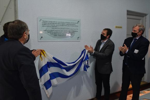 Placa conmemorativa de 90 aniversario en el Centenario. Foto: Leonardo Mainé.