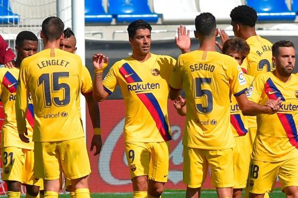 Luis Suárez recibiendo las felicitaciones por su gol al Alavés