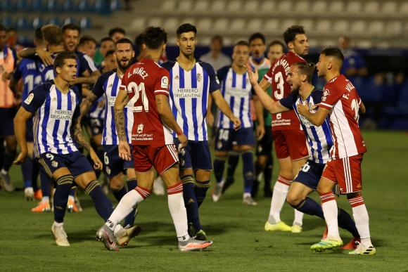 Darwin Núñez en plena discusión con jugadores de Ponferradina. Foto: @U_D_Almeria.