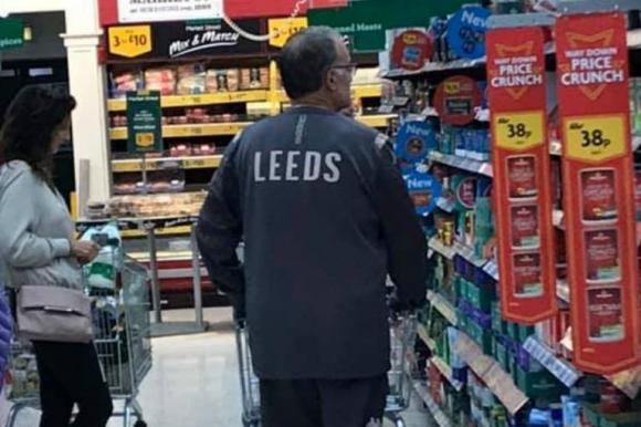 Bielsa, en el supermercado con la indumentaria oficial de Leeds. Foto: Twitter