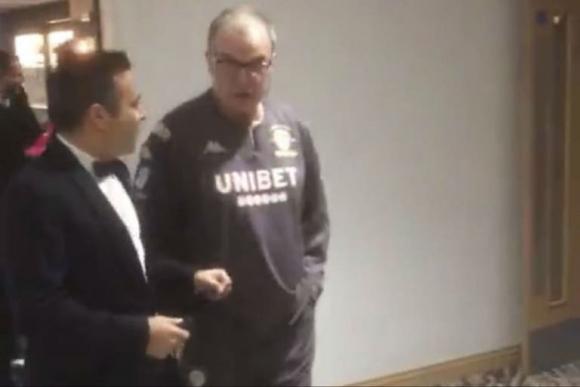 Bielsa llegó a una elegante gala de Leeds con el equipo deportivo. Foto: @TheSquareBall