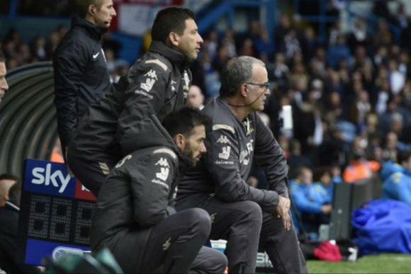 """Bielsa apuntó contra las críticas: """"Solo hay una manera de evitar el rechazo: ganar todos los partidos"""". Foto: Leeds United (Twitter)"""