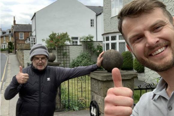 Bielsa, con un fanático de Leeds en las calles tras la cuarentena. Foto: @ignitesportsco
