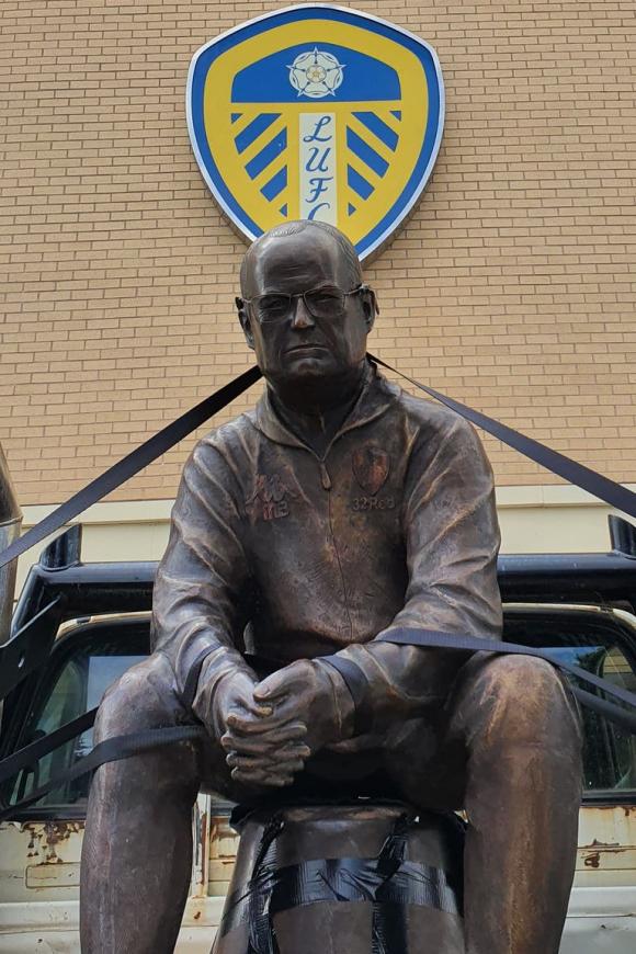 La estatua de 75 kilos que encargó un hincha ya está en el estadio