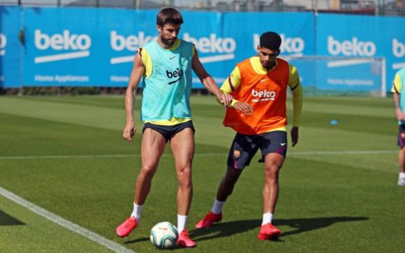 Ronald Araújo durante un entrenamiento de Barcelona con Gerard Piqué. Foto: @FCBarcelona.