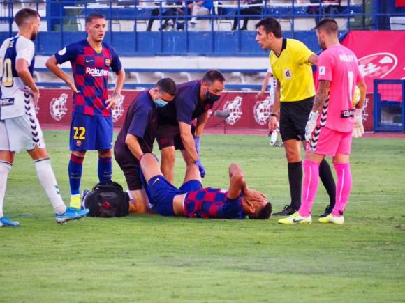 Ronald Araújo sentido en el césped en el duelo entre Barcelona B y Sabadell. Foto: @BarcelonaB
