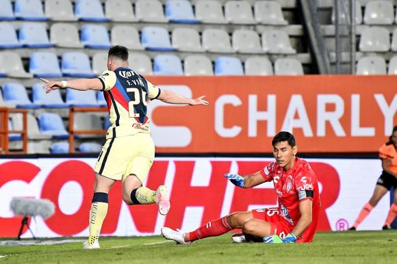 Federico Viñas tras vencer a Oscar Ustari en el partido entre América y Pachuca. Foto: Twitter.