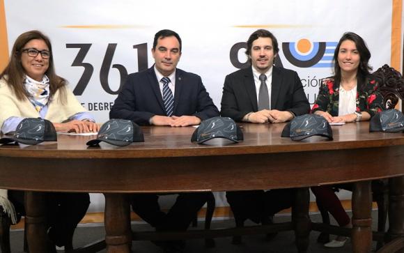 La firma del acuerdo entre la CAU y 361°. Foto: @AtletismoCAU.