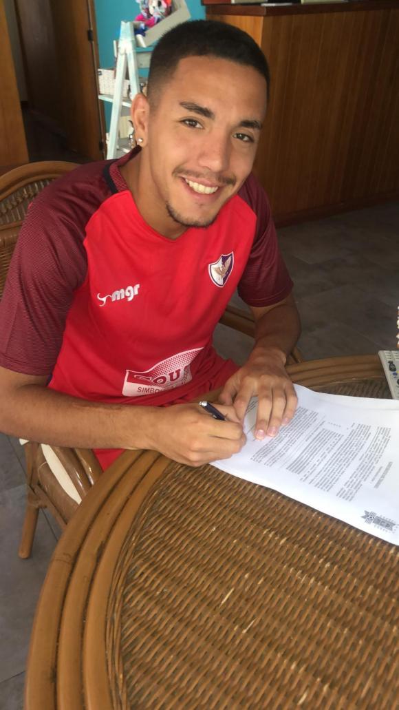 Julio Recoba firmando su contrato con Fénix en 2019. Foto: @CAFenix_.