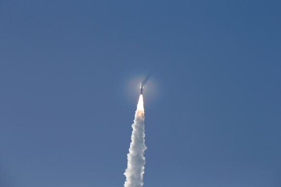 El momento en que el cohete United Launch Alliance Atlas V despegó de la Estación de la Fuerza Espacial. Foto: Reuters.