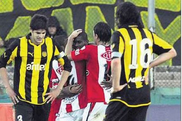 Paulo Vinicius celebra junto a sus compañeros el gol ante Peñarol. Foto: Archivo El País.