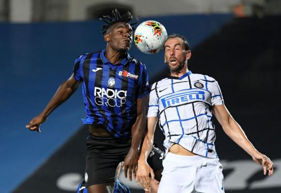 Diego Godín en el juego entre Atalanta e Inter. Foto: Reuters.