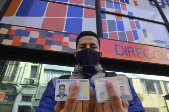 """Elvis recibió esta semana su cédula de identidad uruguaya y ahora busca un trabajo formal que le permita """"un futuro"""". Foto: Leonardo Mainé"""