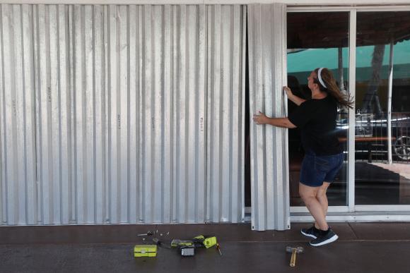 Ciudadanos y comerciantes se preparan para la llegada de un huracán a Florida. Foto: AFP