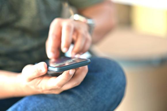 Hombre usando el celular. Foto: Archivo El País