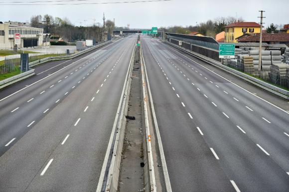 Autopista en Milan vacía por la pandemia del coronavirus. Foto: Reuters