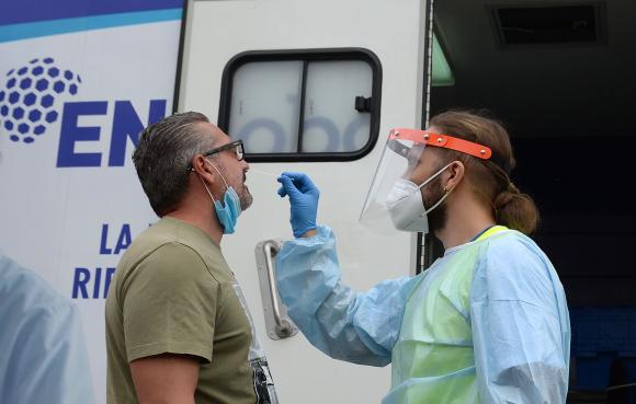Un periodista de televisión se somete a pruebas de COVID-19 en un laboratorio de pruebas móvil en España. Foto: AFP.