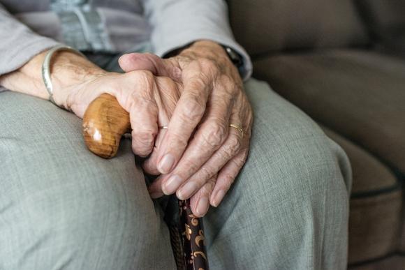 Manos de persona mayor. Foto: Pixabay.