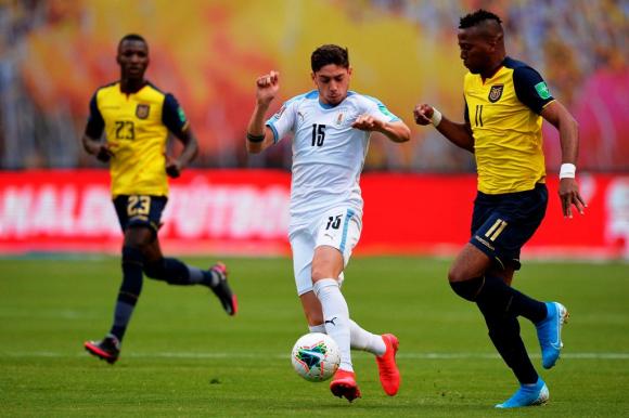 Federico Valverde en el partido entre Uruguay y Ecuador. FOTO: AFP.