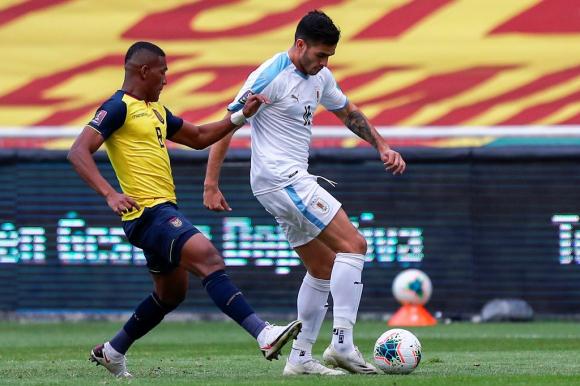 Maxi Gómez controla la pelota ante la marca de un ecuatoriano. FOTO: AFP.