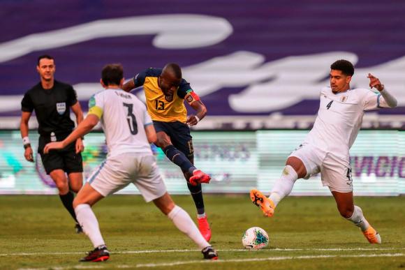 Diego Godín y Ronald Araújo intentan evitar el gol de Ecuador. FOTO: AFP.