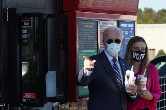 Biden en un alto en su recorrida por Carolina del Norte, uno de los estados clave para la definición de las elecciones del 3 de noviembre. Foto: Reuters