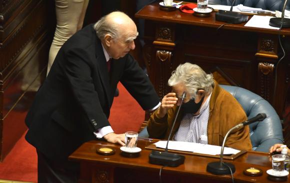Sanguinetti habla con Mujica durante una sesión en la Cámara de Senadores. Foto: Leonardo Mainé