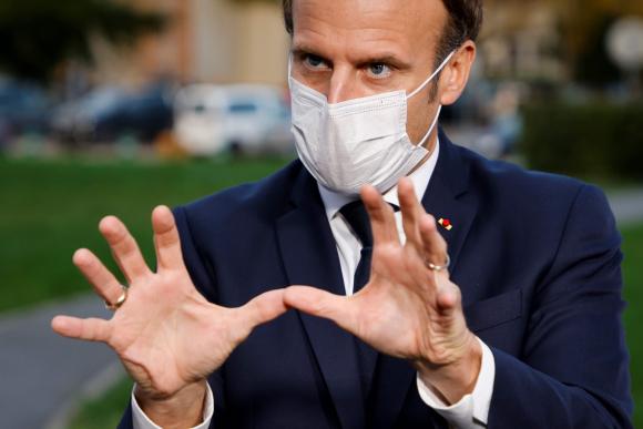 El presidente francés Emmanuel Macron habla a los medios este viernes tras una visita a un hospital en Pontoise. Foto: AFP