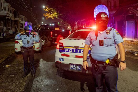 Policías en la noche del lunes en Filadelfia, Estados Unidos. Foto: Reuters